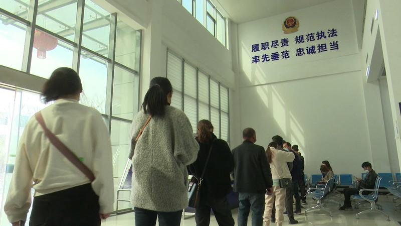 潁上縣公安局交管大隊做好疫情防控期間便民服務工作_20200326170539.JPG