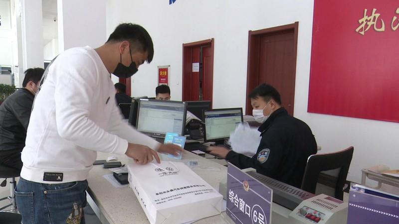 潁上縣公安局交管大隊做好疫情防控期間便民服務工作_20200326170642.JPG